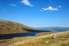 Lac à mi-chemin sur le chemin de touristes de Ben Nevis Images stock