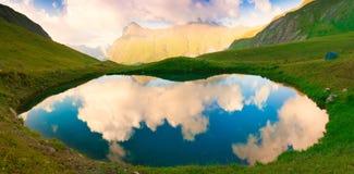 Lac Été de montagne Coucher du soleil Herbe verte, fantastique, reflectio Photographie stock