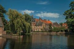 Lac étonnant entouré en la verdure et le vieil immeuble de brique de l'autre côté à Bruges Images libres de droits