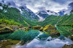 Lac étonnant sur un fond des montagnes et du glacier norway B photographie stock libre de droits