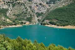 Lac (озеро) de Sainte-Croix (Sainte-Croix-du-Verdon) и гранд-каньон du Verdon, Провансаль стоковое изображение rf