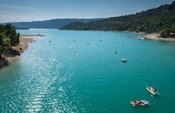 Lac (озеро) de Sainte-Croix (Sainte-Croix-du-Verdon) и гранд-каньон du Verdon, Провансаль стоковые изображения