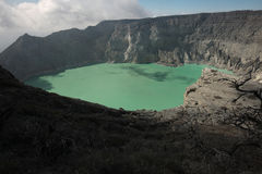 Lac acide chez Kawah Ijen, Java-Orientale, Indonésie Image stock