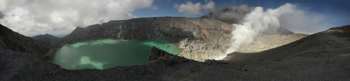 Lac acide dans Kawah Ijen, Java-Orientale, Indonésie Photo stock