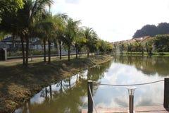 Lac aléatoire au milieu de la ville Photos stock