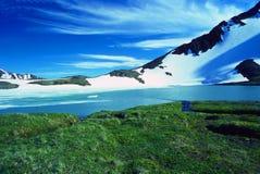 Lac alpestre à un passage de montagne Image libre de droits