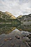 Lac alpestre et réflexion mountain Image libre de droits