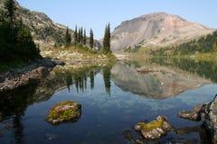 Lac alpestre renversant images libres de droits
