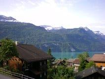 Lac alpestre suisse Brientz de chalets Photos libres de droits