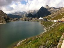 Lac alpin de montagne photo stock