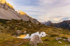 Lac alpin high altitude, réflexions au coucher du soleil Image stock