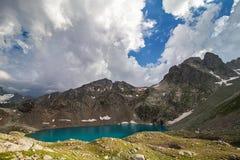 Lac alpin parmi les roches Images libres de droits