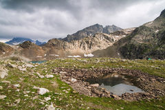Lac alpin parmi les roches Photo stock