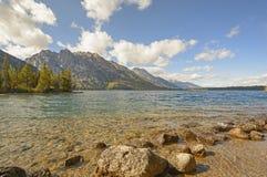 Lac alpin pendant le début de la matinée Photos libres de droits