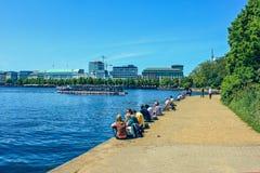 Lac Alster à Hambourg dans le secteur historique central Roterbaum de Hambourg, Allemagne Avec le bateau historique de vapeur pou photo libre de droits