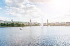 Lac Alster avec la fontaine à Hambourg, Allemagne Photographie stock