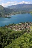 Lac Annecy dans les Alpes français photo libre de droits