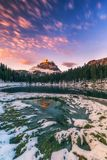Lac Antorno avec le moun célèbre de Tre Cime di Lavaredo Drei Zinnen Photo libre de droits