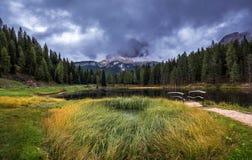 Lac Antorno avec le moun célèbre de Tre Cime di Lavaredo (Drei Zinnen) Images stock