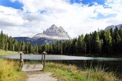 Lac Antorno et Tre Cime di Lavaredo Three Peaks Image stock