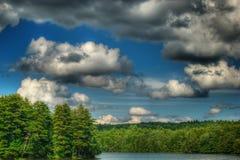 Lac, arbres et ciel en été Images libres de droits