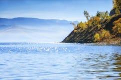Lac, arbres et montagne Peacefull avec des couleurs d'automne chez Baikal Photo libre de droits