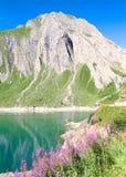 Lac artificiel sur des Alpes Image stock