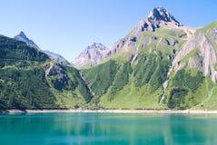 Lac artificiel sur des alpes Photos stock