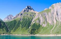 Lac artificiel sur des alpes Photo stock