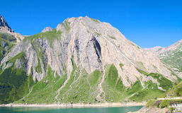 Lac artificiel sur des alpes Photo libre de droits