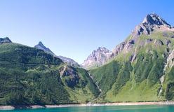 Lac artificiel sur des alpes Images stock