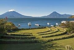 Lac Atitlan avec des volcans à l'arrière-plan image libre de droits