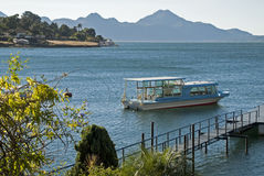 Lac Atitlan avec le bateau d'excursion photos stock