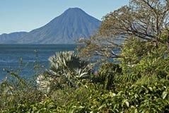 Lac Atitlan avec le volcan au Guatemala images stock