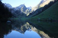 Lac au-dessous de la montagne images libres de droits