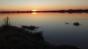 lac au-dessus de coucher du soleil banque de vidéos