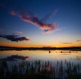 lac au-dessus de coucher du soleil Photos stock