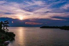 lac au-dessus de coucher du soleil Photo stock