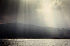lac au-dessus des rayons de soleil Photos libres de droits