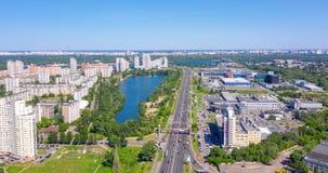 lac au milieu de la ville, le trafic sur la route urbaine banque de vidéos