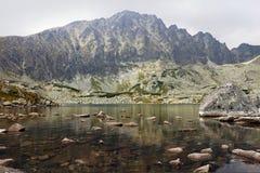 Lac au milieu de montagne Photo libre de droits