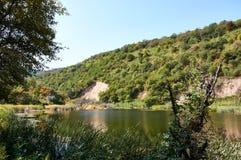 Lac au milieu des jardins de montagne Photographie stock libre de droits