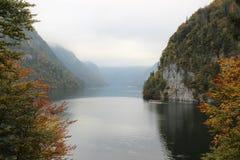 Lac au pied des Alpes Image stock