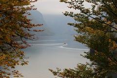 Lac au pied des Alpes Images stock