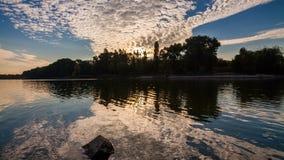 Lac au printemps à l'aube réflexion des nuages dans l'eau banque de vidéos