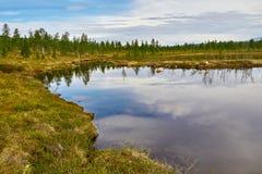 Lac Automne réflexion La région de Magadan Images libres de droits