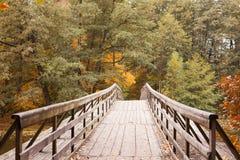 Lac autumn avec un vieux pont en bois Photographie stock