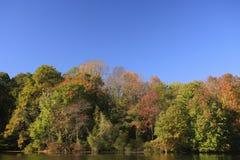 Lac autumn, ciel bleu Photographie stock libre de droits