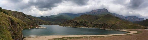 Lac avec de l'eau clair dans le montagneux images libres de droits
