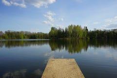 Lac avec des arbres dans le coucher du soleil de soirée Images libres de droits